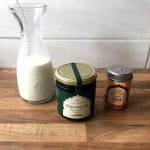 Milch mit Amla-Mus und Zimt