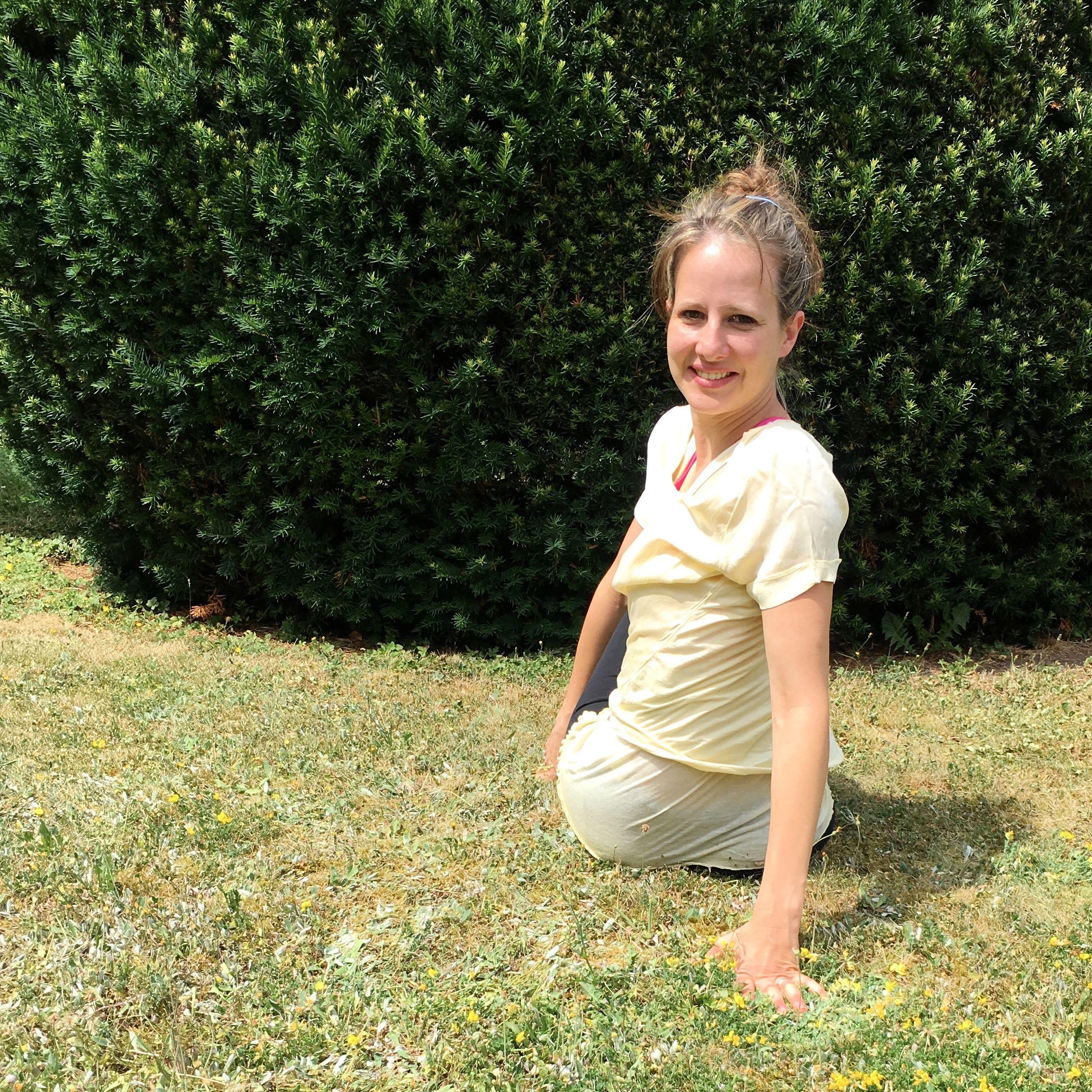 Lotte übt den Drehsitz im Garten