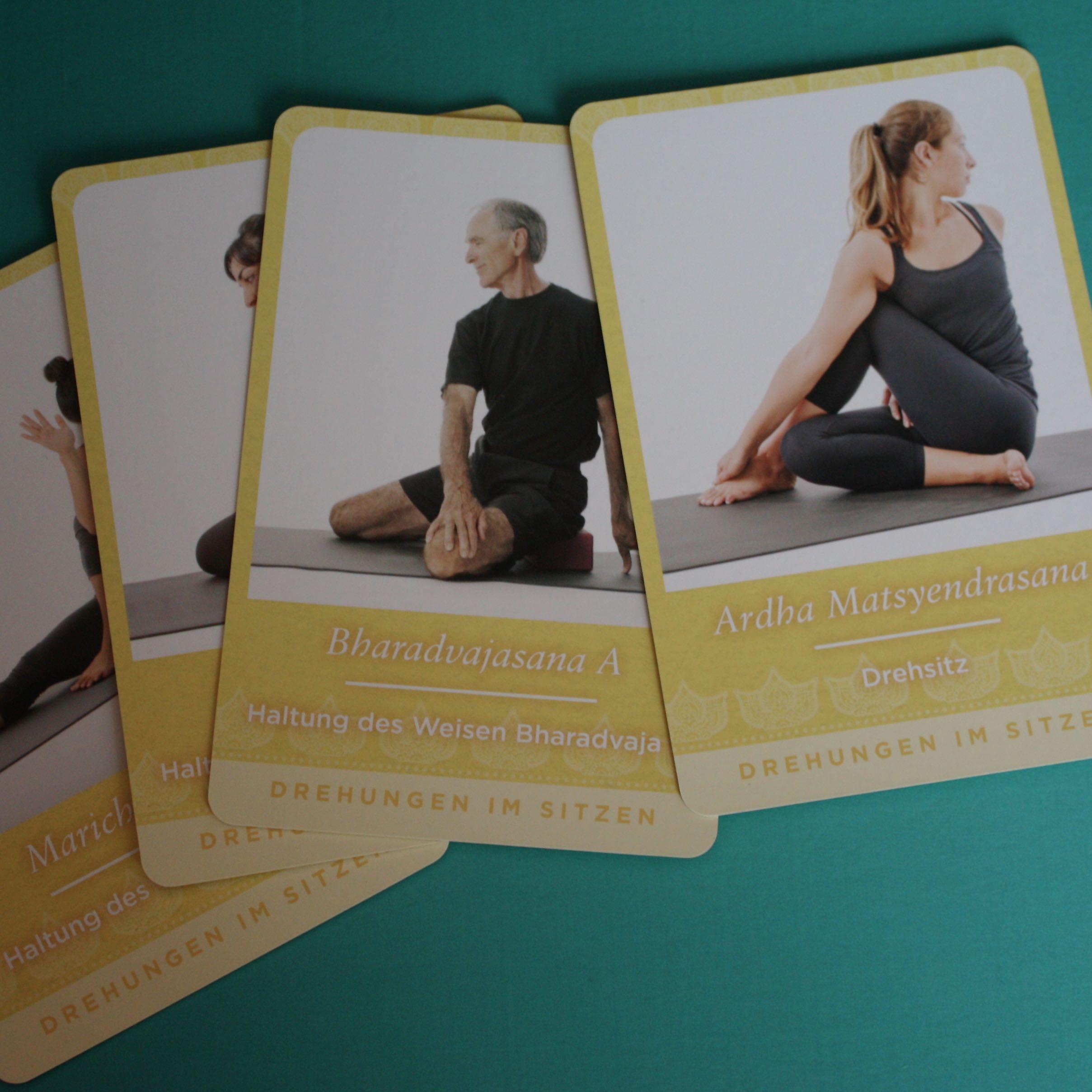 Yoga-Karten-Set unter anderem mit dem Drehsitz