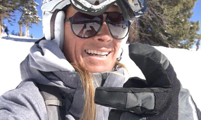 Buddha statt Botox Autorin Gaby Brandl beim Ski-Fahren