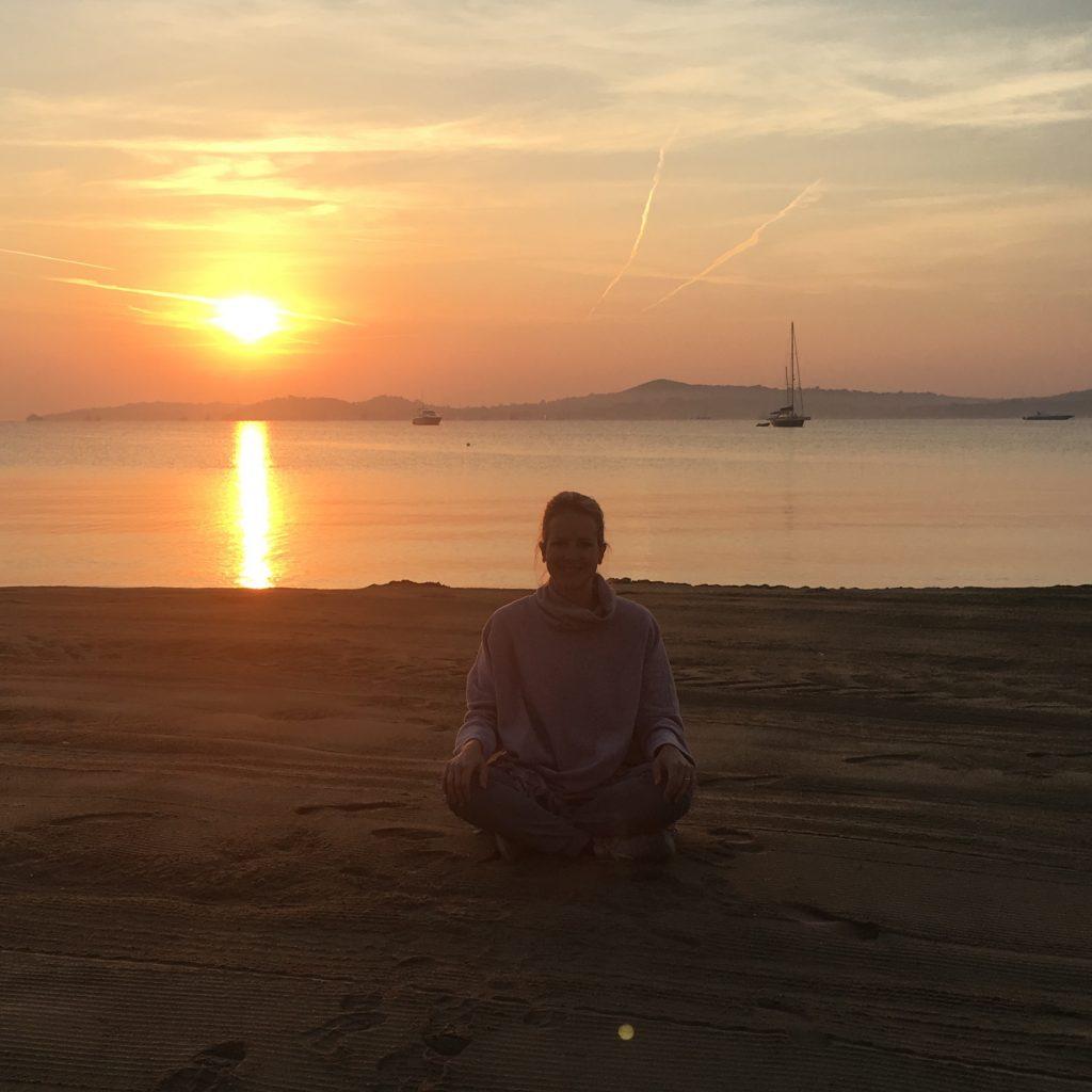 Lotte liebt es zum Meeresrauschen zu meditieren - ein schönes Morgenritual