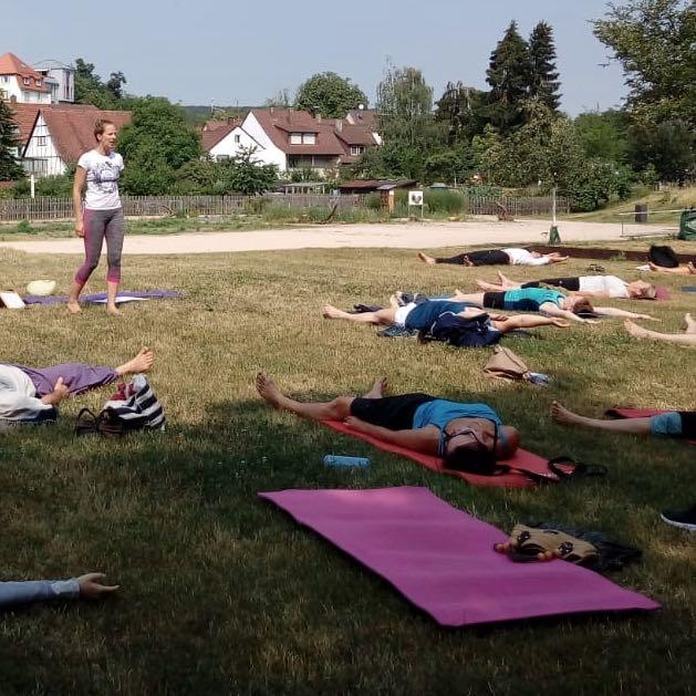 Outdoor-Yoga im ehemaligen Gartenschau-Gelände in Mühlacker-Dürrmenz