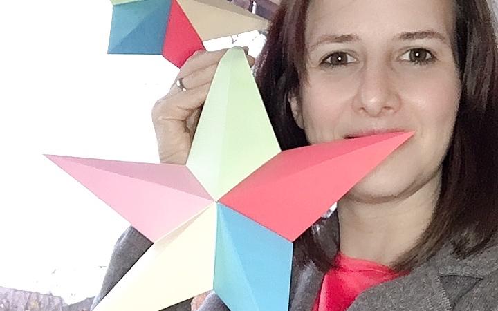 Lotte mit ihren selbst gebastelten Origami-Sternen
