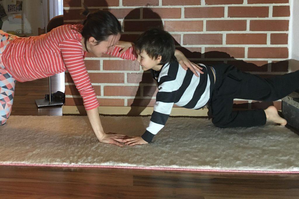 Wenn Du mit Deinen Kindern Yoga machst, steht der Spaß immer an erster Stelle. Verbissen irgendwelche Übungen perfekt zu machen, hat eh nichts mit Yoga zu tun.